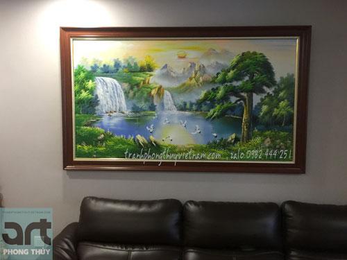 treo tranh sơn thủy ở phòng khách gia đình