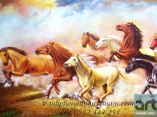 phía sau đàn ngựa có núi tựa