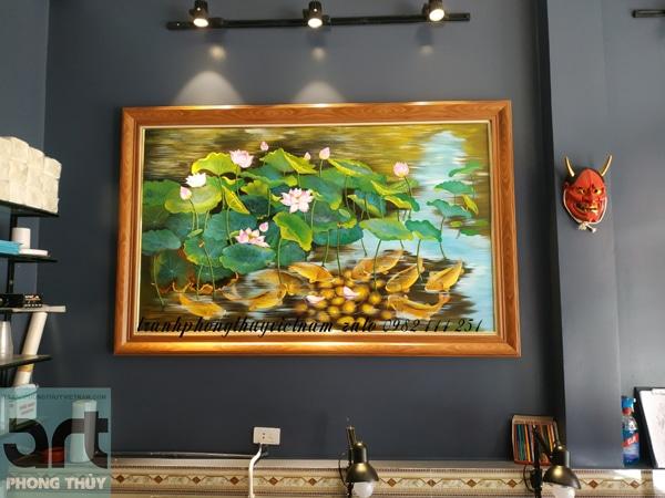 tranh phong thủy cửu ngư hoa sen treo phòng làm việc